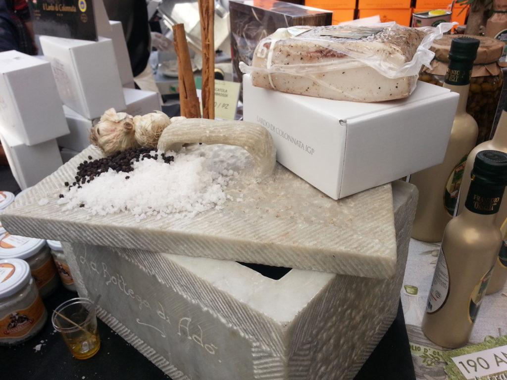 Pezzo di lardo di Colonnata sopra una conca di marmo