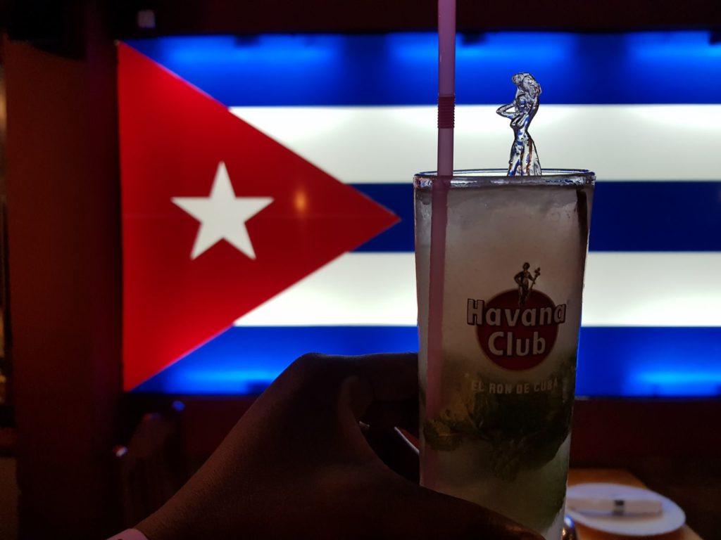 Cocktaill mojito e sfondo bandiera cubana